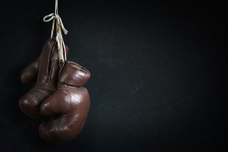 oude gebruikte bokshandschoenen, opknoping voor een Chalk Board