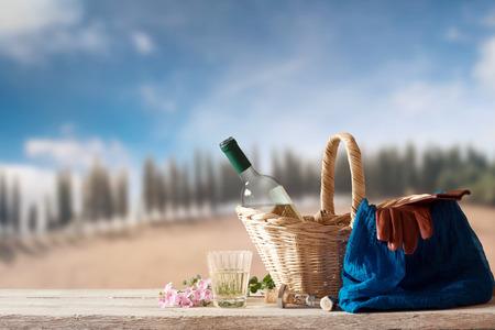 paisaje mediterraneo: Vino Blanco para una persona en un paisaje mediterr�neo