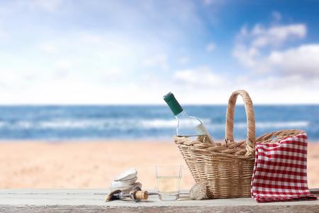 solter�a: Descanse con vino en el mar Foto de archivo