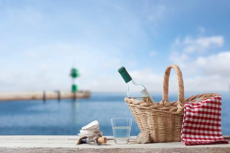 soltería: Descanse con vino en el mar Foto de archivo