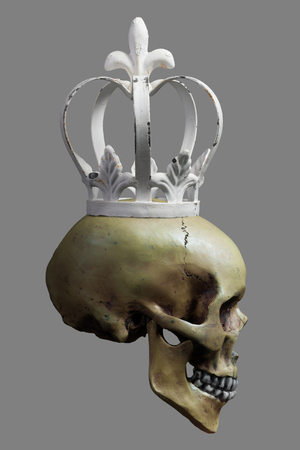 corona de rey: Cr�neo humano con el blanco de la Corona en el 50% Fondo gris Foto de archivo