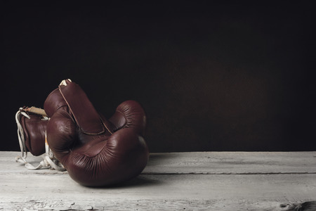 guantes de box: Guantes de boxeo que mienten en dos tablones de madera