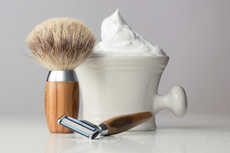 peluquero: Equipo de afeitar h�meda de la vendimia en la tabla blanco Foto de archivo