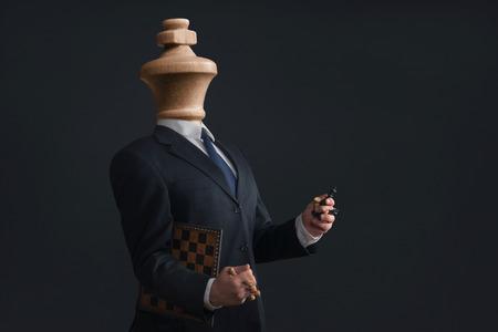 Símbolo de una Headless narcisista con peones en las manos Foto de archivo