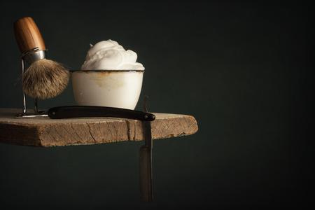vintage Shaving Tool on Wood and dark green Background Standard-Bild
