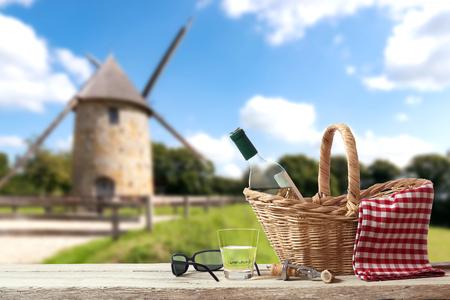 solter�a: Picnic en Francia con el viejo molino en el fondo Foto de archivo