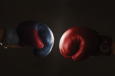Symbool van de crisis tussen Turkije en Rusland gesymboliseerd met bokshandschoenen Stockfoto