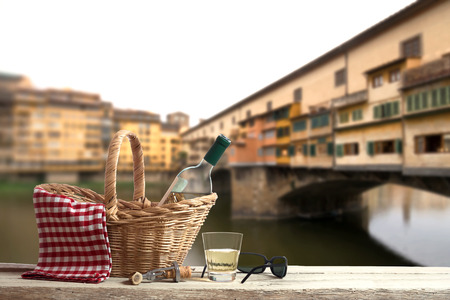 picknick: Picnic in Front of the famous Ponte Vecchio in Florence
