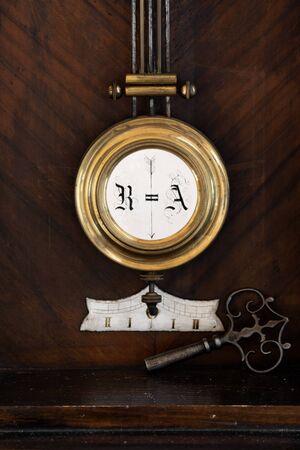 reloj de pendulo: Péndulo de un reloj de época con Clave