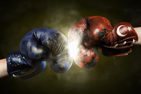 Politische Krise zwischen der Türkei und der EU symbolisiert mit Boxhandschuhe
