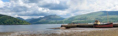 Loch Fyne with pier and boat at Inveraray, Scotland Standard-Bild - 129105632