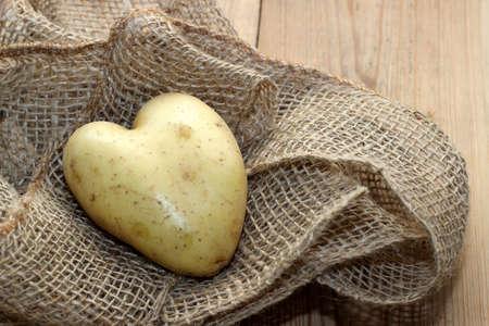 holz: Herzkartoffel auf Stoff