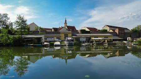 spiegelung: Stadt am See