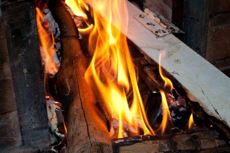 poele bois: Pr�s des flammes sur un po�le � bois