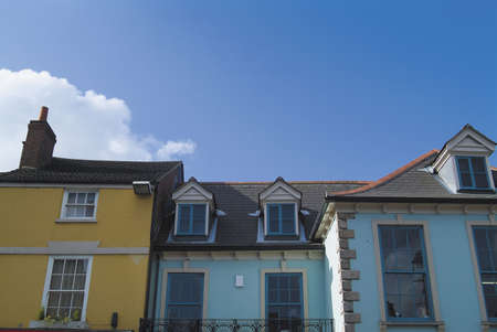 devanture: 18e si�cle toit, les fen�tres et les fa�ades en anglais march� de la ville, avec ciel bleu d'espace pour le texte. Vue du lieu public.  Banque d'images