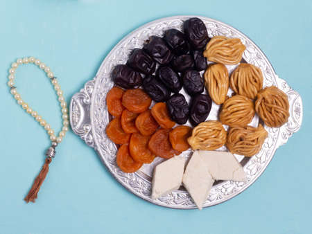 Flatley with rosaries, sweets, dates. The Concept Of Ramadan. Banque d'images