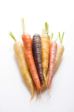 zanahoria: zanahorias org�nicas y frescas de diferentes colores, aislados en blanco, de cerca, vertical