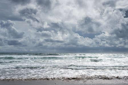 cielo y mar: día nublado en la playa de Canon en la costa de Oregón, un paisaje espectacular, horizontal