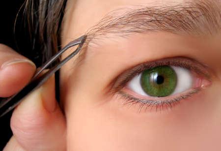 tweezing eyebrows