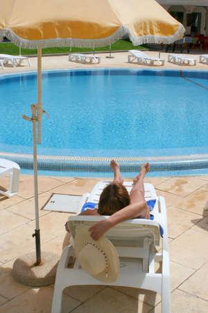 relaxes: mujer se relaja en la piscina  Foto de archivo