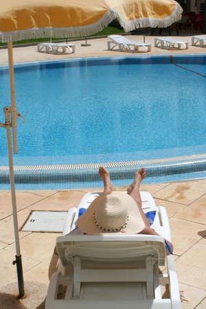 relaxes: Mujer se relaja en la piscina