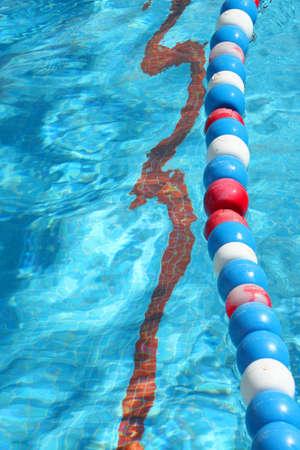 end line: las boyas y el extremo profundo alinean en el fondo de una piscina Foto de archivo