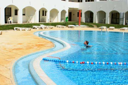 piscina olimpica: Wades ni�o en la piscina, en el recurso