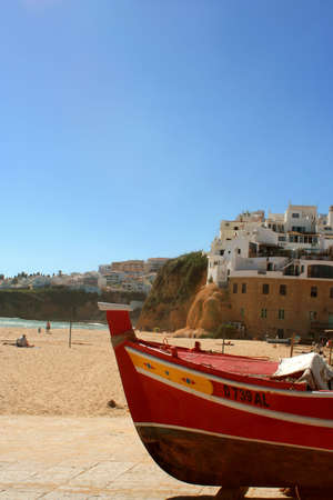 fishing boat and beach homes on a cliff in Albufeira, Algarve, Portugal 版權商用圖片