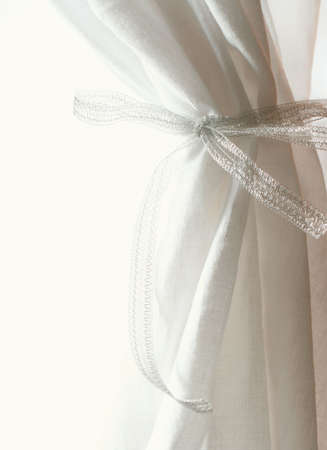 cortinas blancas: cortinas de color blanco se�ala sobre fondo blanco Foto de archivo