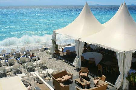 tabla de surf: restaurante en la orilla de una de Niza, Francia playa