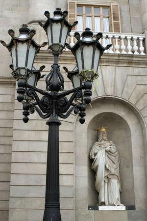 gotico: Decorativas y streetlamp estatua en Barcelona, Espa�a  Foto de archivo
