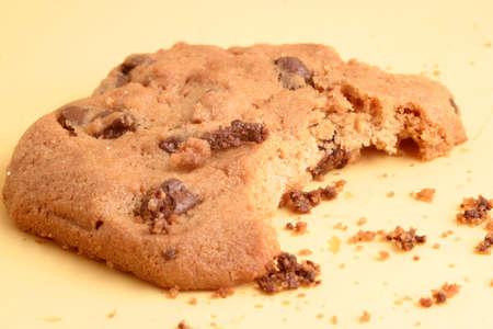 miettes: morsure et les fragments d'un d�licieux chocolat cookie puce Banque d'images