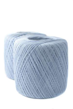 클리핑 패스와 함께 크로 셰 뜨개질을위한 파란색 원사의 스풀