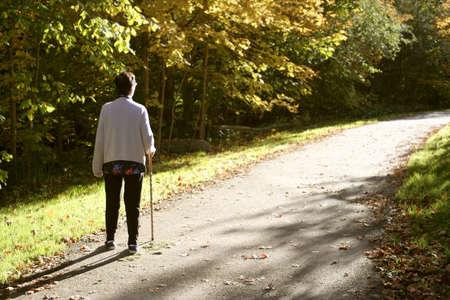 ancianos caminando: anciana con un bast�n para caminar con ayuda