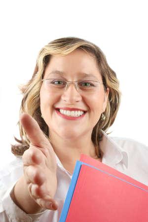 manos estrechadas: mujer sonriente amistosa que podr�a ser doctor o una mano de ofrecimiento del businesswoman para un apret�n de manos