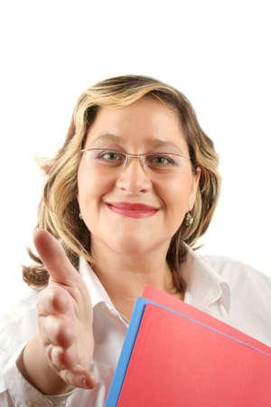 poign�es de main: Amicale femme souriante qui pourrait �tre un m�decin ou une femme d'affaires en offrant la main pour une poign�e de mains