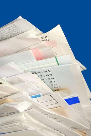registros contables: una pila de debido factura mensual de pagos