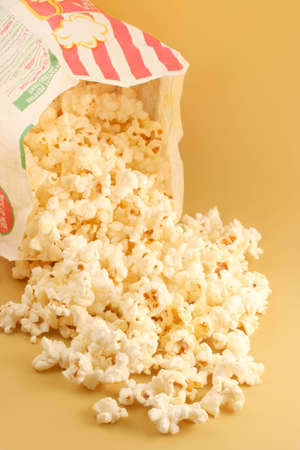 bag of warm  and delicious microwave popcorn Imagens - 624893