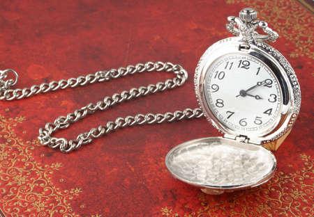 heirlooms: Argento antico orologio da tasca con sollievo disegno ornato