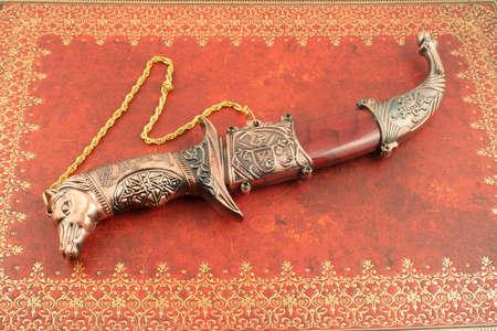 heirlooms: decorativi asian coltello con i cavalli di testa e scudo