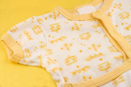 신생아를위한 흰색과 노란색 점퍼