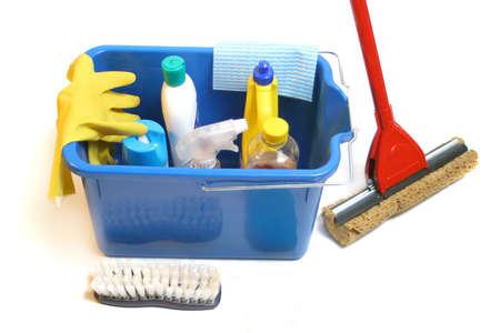 schoonmaakartikelen: schoonmaakmiddelen binnen emmer met handschoenen, dweilen, doek en spons Stockfoto