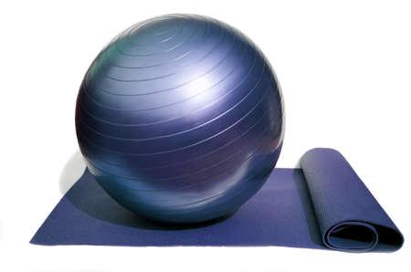 укрепление: yoga mat and pilates ball isolated on white background