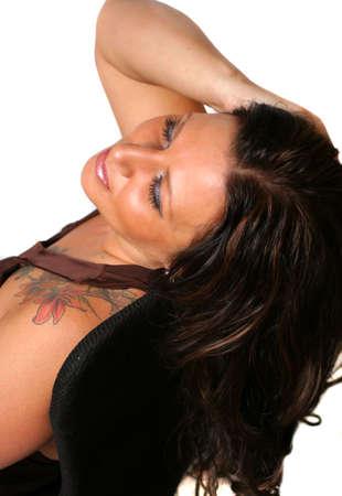 tattoed: Tatuada morena mujer relajante con fondo blanco
