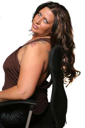 tattoed: Tatuada morena mujer ocup� un completo relax en silla con fondo blanco  Foto de archivo
