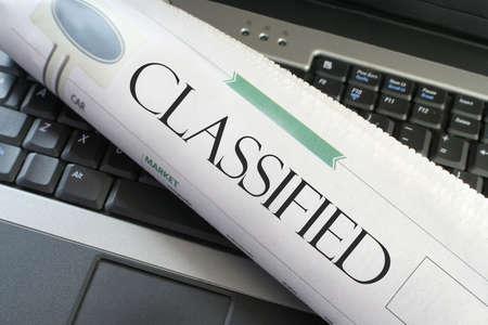 노트북 컴퓨터에서 신문의 분류 된 제목 섹션