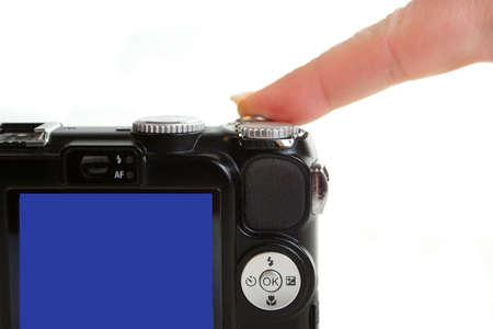 Dito presse otturatore pulsante di rilascio su un punto e sparare fotocamera digitale compatta Archivio Fotografico - 3265722