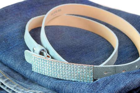 Brillant, à la mode de ceinture en cuir suède bleu rhinestone boucle sur une paire de blue-jeans Banque d'images - 3331966