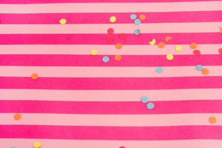 파티를 위해 좋은 색종이와 핑크 줄무늬 배경