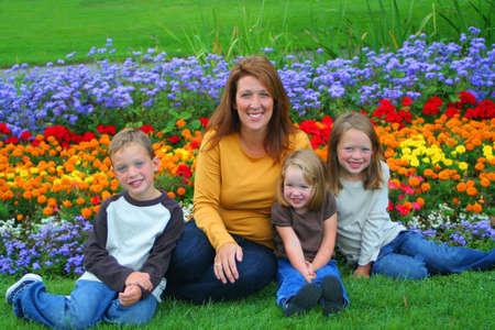 madre soltera: una familia de tres ni�os peque�os y una madre soltera